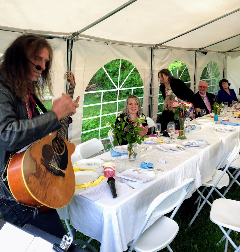 Trädgårdsfest med trubadur i sommar?